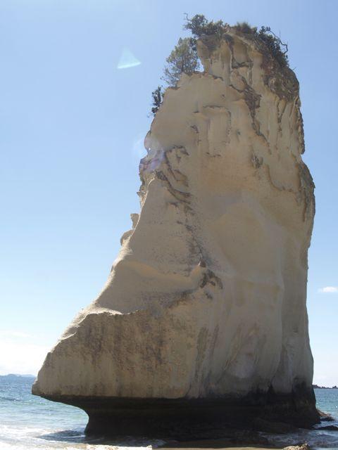 einsamer Felsen im Meer bei Cathedral Cove
